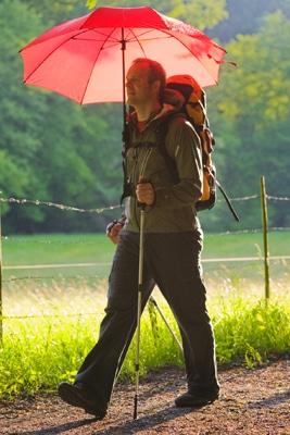 Händerna fria med paraplyet på ryggsäcken